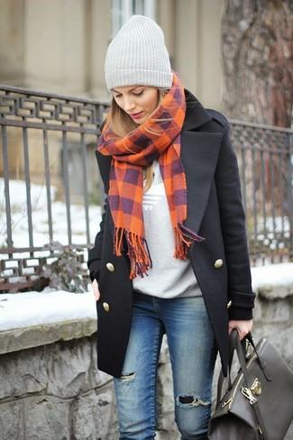 Associe un manteau noir avec un jean skinny déchiré bleu pour affronter sans effort les défis que la journée te réserve.