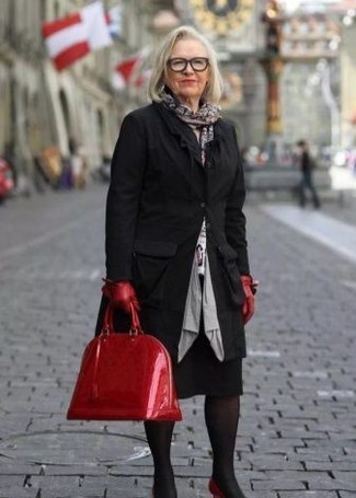 Comment porter: manteau noir, pull à col rond imprimé blanc, jupe crayon noire, escarpins en cuir rouges