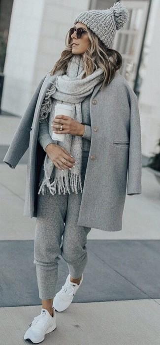 Porte un manteau gris et une écharpe pour un look idéal au travail. D'une humeur audacieuse? Complète ta tenue avec une paire de des chaussures de sport blanches.
