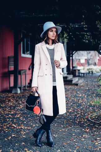 Harmonise un manteau beige avec un pantalon slim noir Alice + Olivia pour dégager classe et sophistication. Cette tenue est parfait avec une paire de des bottines en cuir noires.