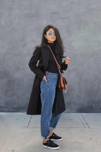 Un manteau noir et un jean boyfriend bleu sont un choix de tenue idéale à avoir dans ton arsenal. Mélange les styles en portant une paire de des baskets basses noires Christopher Kane.