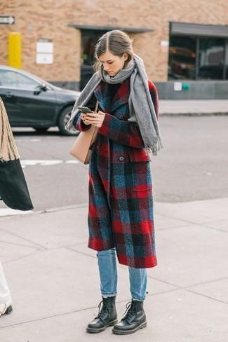 Ce combo d'un manteau écossais rouge et bleu marine et d'une écharpe attirera l'attention pour toutes les bonnes raisons. Mélange les styles en portant une paire de des bottines plates à lacets en cuir noires.