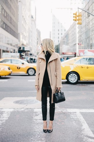 Associer un manteau brun clair avec un pantalon slim en cuir noir est une option judicieux pour une journée au bureau. Cet ensemble est parfait avec une paire de des escarpins en cuir noirs.