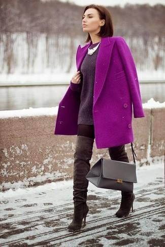 Comment porter: manteau pourpre, pull surdimensionné pourpre foncé, cuissardes en daim marron foncé, cartable en cuir gris