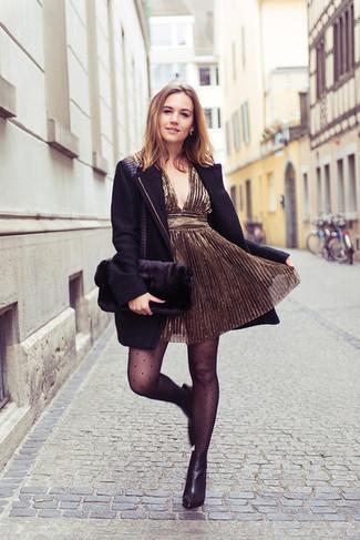 Comment porter: manteau noir, robe de cocktail dorée, bottines en cuir noires, pochette en fourrure noire