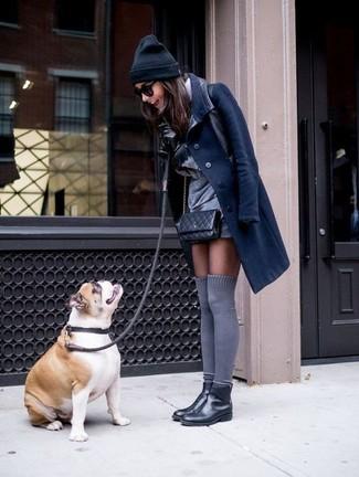 Associer un manteau bleu marine et des gants en cuir noirs créera un look pointu et élégant. Si tu veux éviter un look trop formel, choisis une paire de des bottines chelsea en cuir noires.