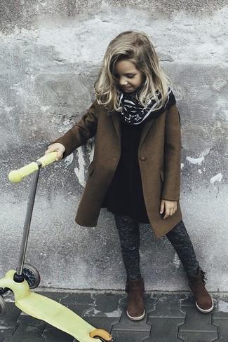 Tenue: Manteau marron, Robe en laine noire, Leggings gris foncé, Bottes en daim marron foncé