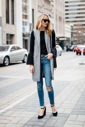 Comment porter: manteau sans manches gris, t-shirt à manche longue à volants noir, jean skinny déchiré bleu, escarpins compensés en daim noirs