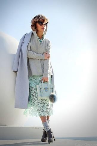 Pour une tenue de tous les jours pleine de caractère et de personnalité essaie d'harmoniser un manteau bleu clair avec un sweat à capuche gris. Une paire de des bottines en daim grises foncées femmes Tod's est une façon simple d'améliorer ton look.