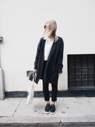 Ce combo d'un manteau en tricot gris foncé et d'un jean noir te permettra de garder un style propre et simple en dehors des horaires de bureau. Une paire de des baskets basses en cuir noires Versus apporte une touche de décontraction à l'ensemble.