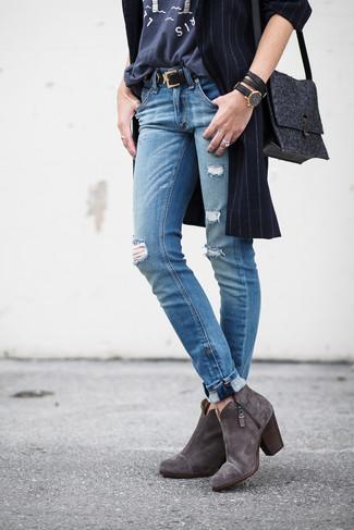 Choisis un manteau à rayures verticales bleu marine et un jean déchiré bleu pour une tenue confortable aussi composée avec goût. Ajoute une paire de des bottines en daim grises foncées à ton look pour une amélioration instantanée de ton style.