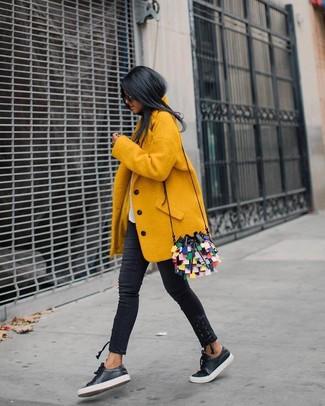 Pense à opter pour un manteau jaune et un jean skinny noir pour achever un look chic. Si tu veux éviter un look trop formel, assortis cette tenue avec une paire de des baskets basses en cuir noires Versus.