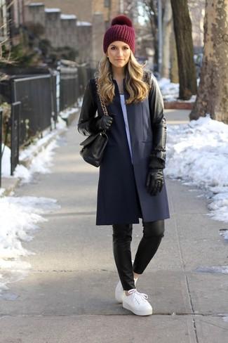 Pense à harmoniser un manteau en cuir noir avec des gants en cuir noirs si tu recherches un look stylé et soigné. Si tu veux éviter un look trop formel, assortis cette tenue avec une paire de des baskets basses en cuir blanches.