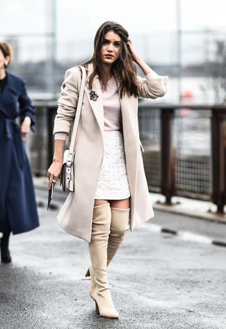 Comment porter: manteau beige, t-shirt à manche longue beige, minijupe en dentelle blanche, cuissardes en daim beiges