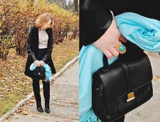 Comment porter: manteau noir, t-shirt à manche longue beige, minijupe en cuir noire, cuissardes en daim noires