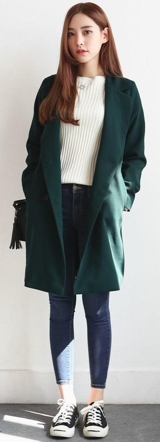 Associe un manteau vert foncé avec un jean skinny bleu pour créer un style chic et glamour. Une paire de des baskets basses noires femmes Christopher Kane apporte une touche de décontraction à l'ensemble.
