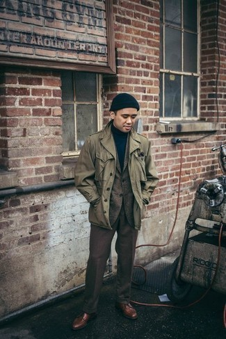 How to Wear a Navy Beanie For Men: Rock an olive military jacket with a navy beanie for a stylish and easy-going look. You could perhaps get a bit experimental with shoes and complete this getup with a pair of brown leather derby shoes.