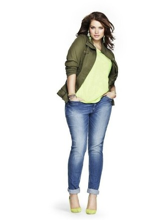 How to Wear Blue Boyfriend Jeans: Who said you can't make a stylish statement with a laid-back look? That's easy in an olive military jacket and blue boyfriend jeans. Balance out your look with a more sophisticated kind of shoes, such as this pair of green-yellow suede pumps.