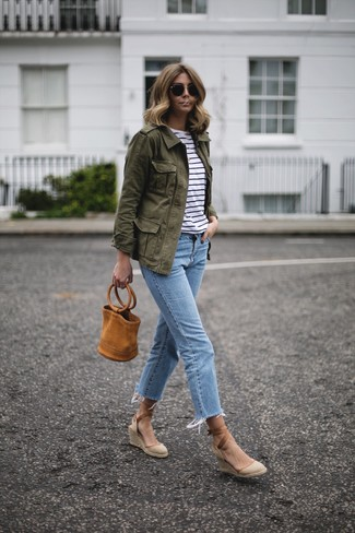 If you're facing a fashion situation where comfort is prized, try pairing a Tu Es Mon Tresor Tulle Flower Military Jacket with light blue jeans. To add oomph to your ensemble, complete with beige canvas wedge sandals. An outfit like this is ideal for in-between weather.