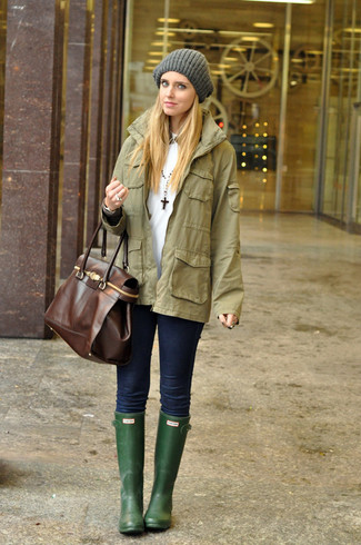 An olive military jacket and navy skinny jeans is a great combination worth integrating into your wardrobe. A pair of dark green rain boots brings the dressed-down touch to the getup. Keep this combination in mind come warmer days, and we promise you'll save a ton of time trying to pick out what to wear on more than one morning.