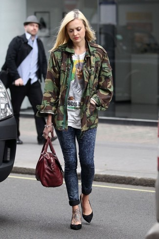 How to wear: olive camouflage military jacket, white print crew-neck t-shirt, navy skinny jeans, black suede pumps