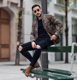 How to wear: olive camouflage military jacket, black crew-neck t-shirt, black ripped skinny jeans, brown suede chelsea boots