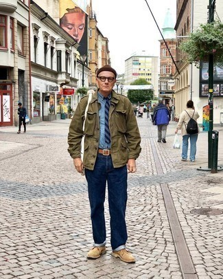 Tie Spring Outfits For Men: This look demonstrates it pays to invest in such elegant menswear items as an olive military jacket and a tie. Tan suede desert boots will give a touch of stylish effortlessness to an otherwise traditional outfit. Springtime calls for standout combinations just like this one.