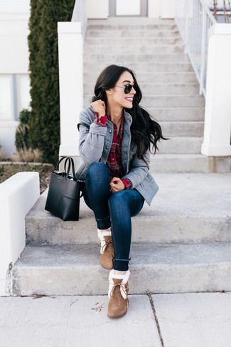 A grey military jacket with navy skinny jeans has become an essential combo for many style-conscious girls. Want to go easy on the shoe front? Make brown suede snow boots your footwear choice for the day. Keep the autumn anxiety away in a neat ensemble like this one.