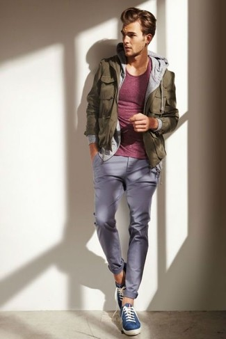For an outfit that provides comfort and style, pair an oxblood crew-neck tee with grey chino pants. Rock a pair of blue low top sneakers for a more relaxed aesthetic. Nothing like a kick-ass look to cheer up a dull fall day.