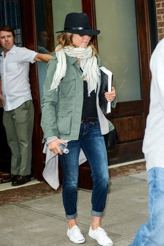 How to Wear Navy Jeans For Women: Why not try teaming an olive military jacket with navy jeans? As well as totally comfy, both pieces look good when matched together. Our favorite of an endless number of ways to finish off this outfit is with white canvas low top sneakers.