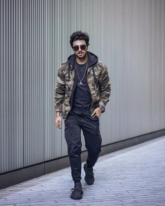 Military Jacket Outfits For Men: This casual combination of a military jacket and black cargo pants is a lifesaver when you need to look cool in a flash. For a more relaxed aesthetic, why not complete this outfit with black athletic shoes?