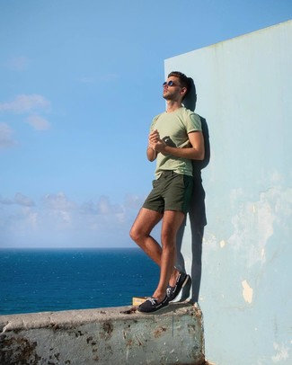 How to wear: mint crew-neck t-shirt, olive shorts, navy canvas boat shoes
