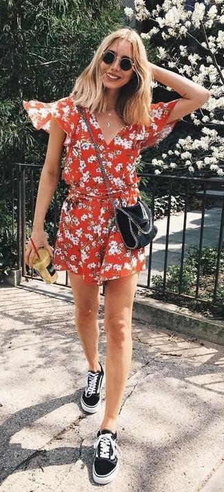 Cómo combinar: mono corto con print de flores rojo, tenis de lona negros, bolso bandolera de cuero negro, gafas de sol negras