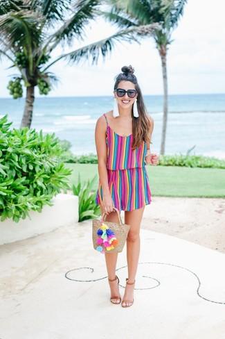 Cómo combinar: mono corto de rayas verticales en multicolor, sandalias de tacón de cuero marrónes, bolsa tote de paja en beige, gafas de sol negras