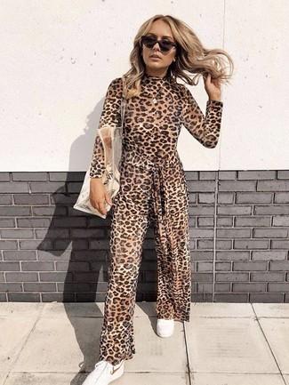 Cómo combinar: mono de leopardo marrón, tenis blancos, bolsa tote de goma transparente, gafas de sol en marrón oscuro