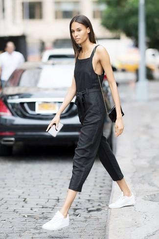 Cómo combinar: mono negro, tenis de cuero blancos, bolso bandolera de cuero negro