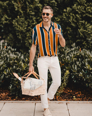 How to wear: multi colored vertical striped short sleeve shirt, white skinny jeans, beige suede low top sneakers, brown sunglasses