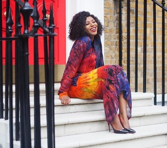 How to wear: multi colored tie-dye shirtdress, black leather pumps