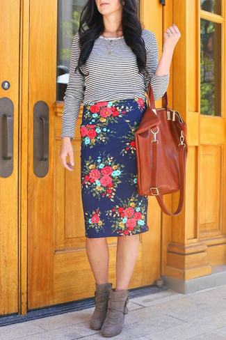A navy and white striped long sleeve t-shirt and a dark blue floral pencil skirt is a smart combination to impress your crush on a date night. For the maximum chicness choose a pair of grey suede ankle boots.