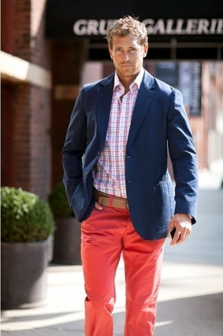 A navy coat and red chinos is a savvy combination to impress a girl on a date night.