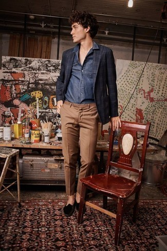 Navy Long Sleeve Shirt with Black Velvet Loafers Outfits For Men: Master the casually stylish ensemble in a navy long sleeve shirt and brown chinos. With shoes, follow the classic route with black velvet loafers.