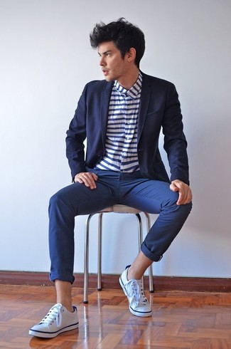 Dress in a navy blazer and navy chinos if you wish to look stylish without exerting much effort. White canvas low top sneakers will contrast beautifully against the rest of the look. Loving how great this getup is when summer days set in.