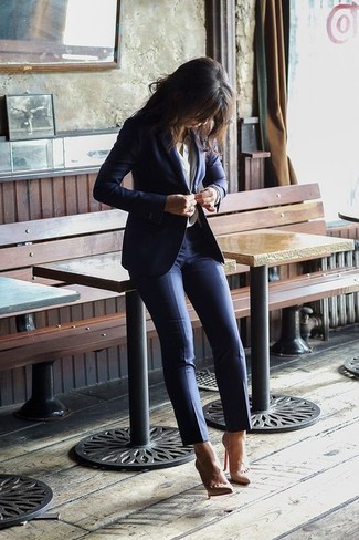 Consider wearing a white button down blouse and navy skinny pants for a refined yet off-duty ensemble. Nude leather pumps are a fitting option here. So if you're scouting for an ensemble that's seriously stylish but also feels totally spring_friendly, you found it.