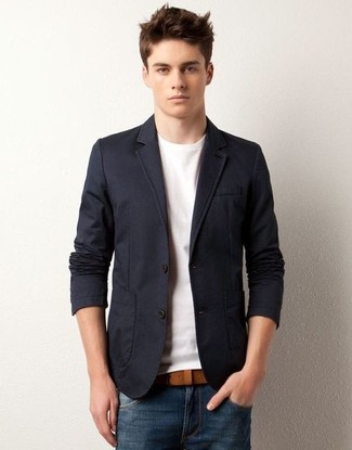 This combination of a dark blue blazer jacket and blue jeans is an interesting balance between dapper and casual. What an excellent option for hot weather!