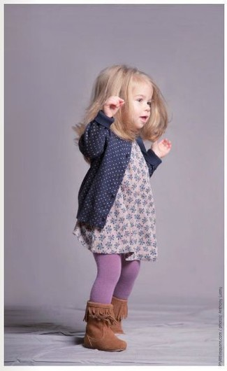 How to Wear Tights For Girls: People will swoon over your little girl if she wears this combo of a navy cardigan and tights. Tobacco boots are a savvy choice to round off this ensemble.