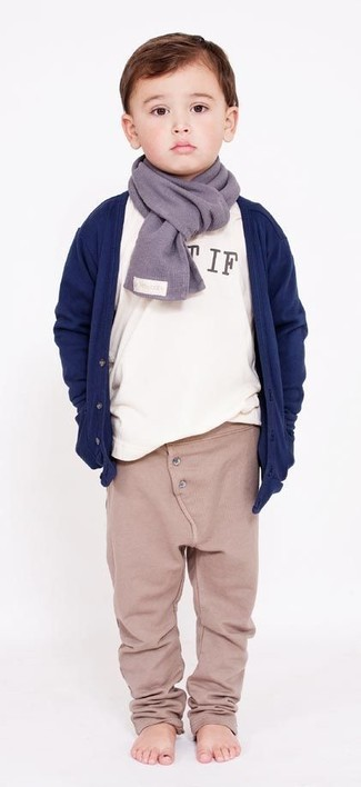 How to wear: navy cardigan, white long sleeve t-shirt, beige sweatpants, grey scarf