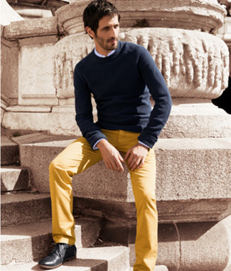 Choose a navy round-neck sweater and yellow casual pants for a Sunday lunch with friends. Let's make a bit more effort now and go for a pair of black leather derby shoes. When temps are dropping and fall is in the air, you'll appreciate how ideal this outfit is for summer-to-fall weather.