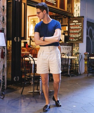 How to Wear Beige Linen Shorts For Men: Why not consider teaming a navy crew-neck t-shirt with beige linen shorts? These pieces are super functional and will look amazing married together. Complete this outfit with a pair of black leather loafers to instantly change up the look.