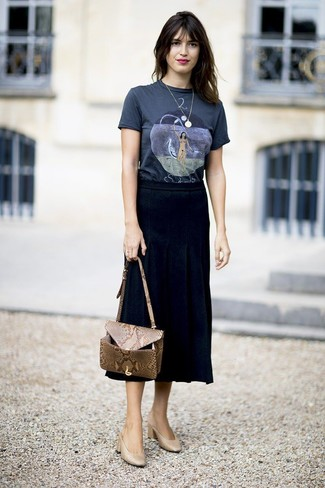 Tan Leather Mules Outfits: This combo of a navy print crew-neck t-shirt and a black pleated midi skirt is beyond chic and creates instant appeal. Bring an elegant twist to this ensemble with tan leather mules.