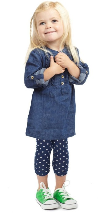 How to wear: navy denim dress, navy polka dot leggings, green sneakers
